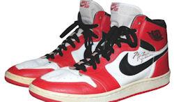 the latest d1bad 973cf Grey Flannel Auctions, une boutique de souvenirs sportifs a mis aux enchères,  la paire de Nike Air Jordan ...