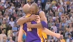 Steve Blake félicité par Kobe Bryant