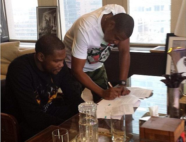 Kevin Durant signe son contrat
