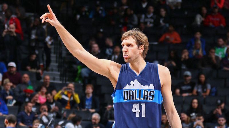 Nowitzki a signé pour une 20e saison avec les Dallas Mavericks