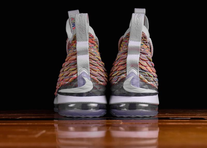7aec59a951b Nike   la LeBron 15 en voit de toutes les couleurs