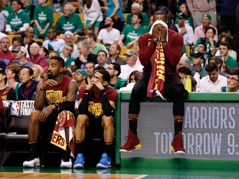 nouveau produit 1157d 28298 LeBron James sur les rotules | Basket USA